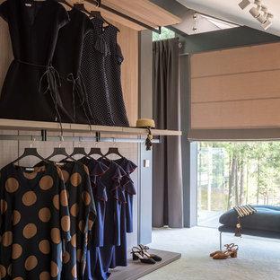 Неиссякаемый источник вдохновения для домашнего уюта: большая гардеробная комната унисекс в современном стиле с ковровым покрытием, открытыми фасадами и бежевым полом