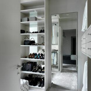 Новые идеи обустройства дома: парадная гардеробная в современном стиле с ковровым покрытием, открытыми фасадами, серыми фасадами и серым полом для женщин