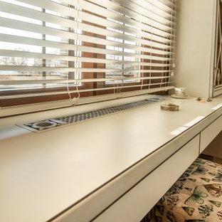 Imagen de armario vestidor de mujer, romántico, pequeño, con armarios con paneles con relieve, puertas de armario blancas, suelo de madera oscura y suelo marrón
