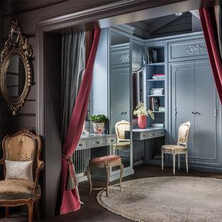 Выдающиеся фото от архитекторов и дизайнеров интерьера: парадная гардеробная в классическом стиле с темным паркетным полом и коричневым полом для женщин