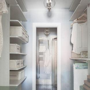 Immagine di una piccola cabina armadio per donna classica con nessun'anta, pavimento con piastrelle in ceramica, pavimento multicolore e ante beige