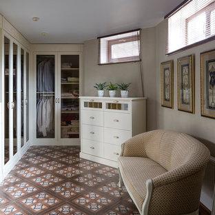 Неиссякаемый источник вдохновения для домашнего уюта: встроенный шкаф среднего размера в стиле современная классика с стеклянными фасадами, белыми фасадами и полом из керамической плитки