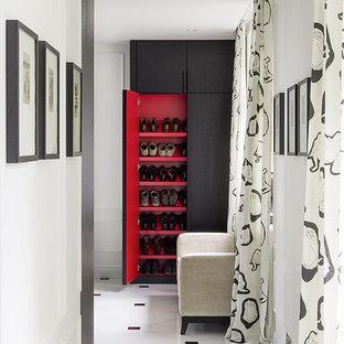 Новые идеи обустройства дома: гардеробная в современном стиле с плоскими фасадами, фасадами цвета темного дерева и разноцветным полом для женщин или мужчин