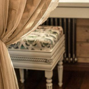 Diseño de armario vestidor de mujer, rural, pequeño, con armarios con paneles con relieve, puertas de armario blancas, suelo de madera oscura y suelo marrón