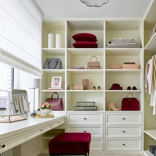 Свежая идея для дизайна: парадная гардеробная в стиле современная классика с открытыми фасадами, белыми фасадами, светлым паркетным полом и бежевым полом для женщин - отличное фото интерьера