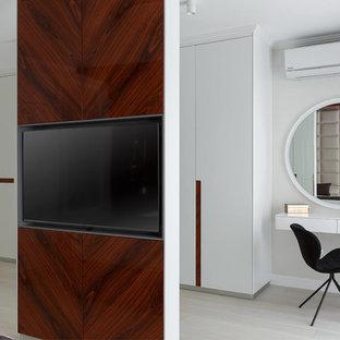 Идея дизайна: большая парадная гардеробная унисекс в современном стиле с плоскими фасадами, белыми фасадами, светлым паркетным полом и белым полом
