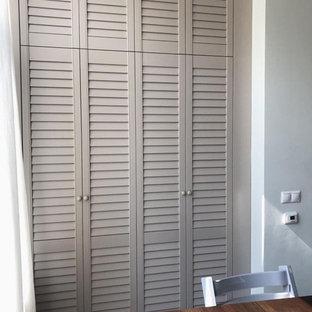他の地域の中くらいのトランジショナルスタイルのおしゃれな壁面クローゼット (ルーバー扉のキャビネット、ベージュのキャビネット) の写真
