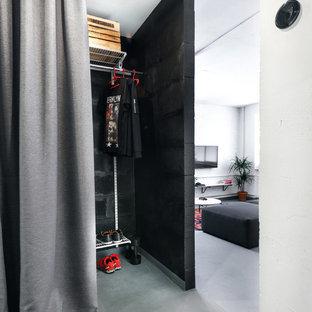 Industriell inredning av ett walk-in-closet för män, med öppna hyllor och grått golv