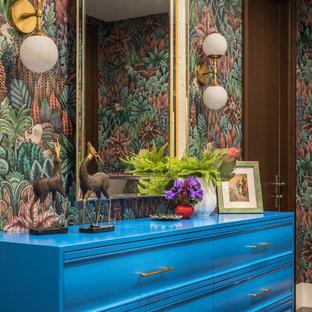モスクワの中くらいのトランジショナルスタイルのおしゃれな収納・クローゼット (濃色無垢フローリング、茶色い床、青いキャビネット) の写真