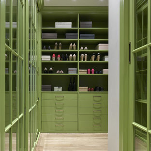 Immagine di una cabina armadio unisex tradizionale di medie dimensioni con ante verdi, parquet chiaro e pavimento beige