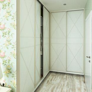 Foto di armadi e cabine armadio chic di medie dimensioni con pavimento in laminato e pavimento beige
