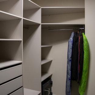 Foto de armario y vestidor unisex, de tamaño medio, con armarios con paneles lisos, puertas de armario beige, suelo laminado y suelo gris