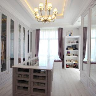 モスクワの広い女性用エクレクティックスタイルのおしゃれなウォークインクローゼット (落し込みパネル扉のキャビネット、淡色木目調キャビネット、無垢フローリング、ベージュの床、折り上げ天井) の写真