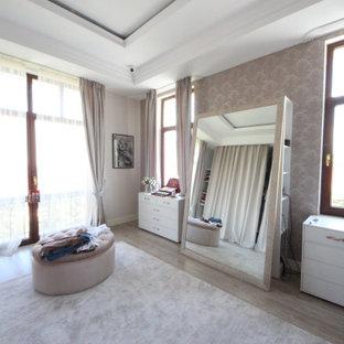 モスクワの広い女性用エクレクティックスタイルのおしゃれなウォークインクローゼット (オープンシェルフ、淡色木目調キャビネット、無垢フローリング、ベージュの床、折り上げ天井) の写真