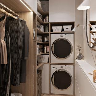 Modelo de armario vestidor unisex, nórdico, pequeño, con armarios abiertos, puertas de armario blancas, suelo de madera en tonos medios y suelo beige