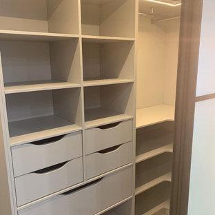 Пример оригинального дизайна: маленькая гардеробная комната в стиле лофт с полом из ламината и бежевым полом для мужчин
