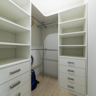 サンクトペテルブルクの中サイズの男性用コンテンポラリースタイルのおしゃれなウォークインクローゼット (オープンシェルフ、白いキャビネット、セラミックタイルの床、グレーの床) の写真