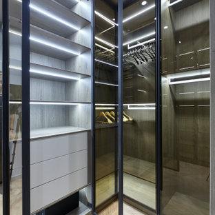 Foto de armario y vestidor unisex, contemporáneo, pequeño, con suelo laminado y suelo beige