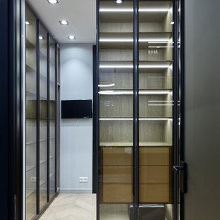 Foto de armario y vestidor unisex, actual, pequeño, con suelo laminado y suelo beige