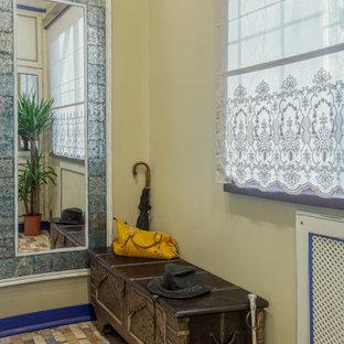 Diseño de armario y vestidor rústico, de tamaño medio, con armarios con rebordes decorativos, puertas de armario blancas, suelo de baldosas de cerámica y suelo verde