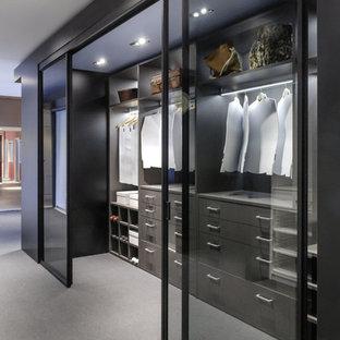 Foto de armario vestidor unisex, contemporáneo, grande, con suelo laminado y suelo gris