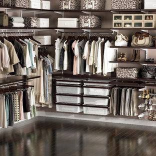 Foto de armario vestidor unisex, urbano, grande, con suelo de madera oscura