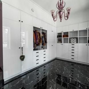 Diseño de armario vestidor unisex, contemporáneo, de tamaño medio, con armarios con paneles con relieve, puertas de armario blancas, suelo de mármol y suelo negro