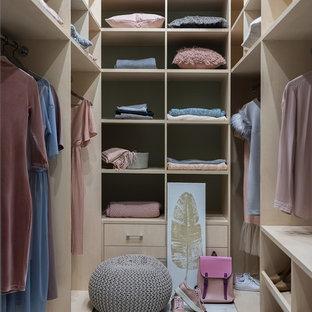 Inredning av ett modernt walk-in-closet för könsneutrala, med släta luckor, beige skåp och grått golv