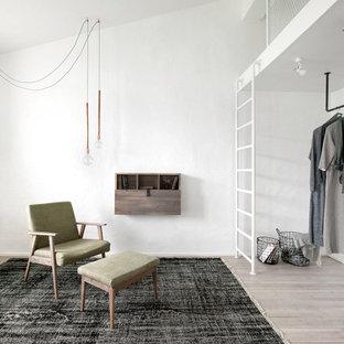 Inredning av ett industriellt litet walk-in-closet för könsneutrala, med beiget golv och ljust trägolv