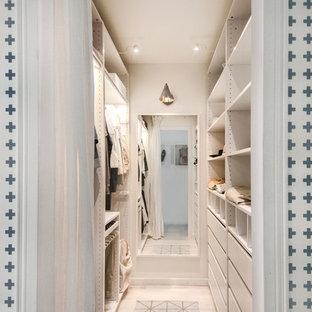 Modelo de armario vestidor unisex, nórdico, pequeño, con puertas de armario blancas, suelo laminado, armarios con paneles lisos y suelo beige