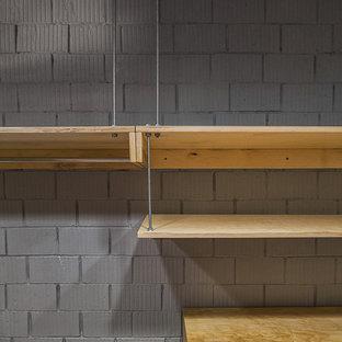 Ispirazione per una cabina armadio unisex industriale di medie dimensioni con pavimento in marmo e pavimento multicolore