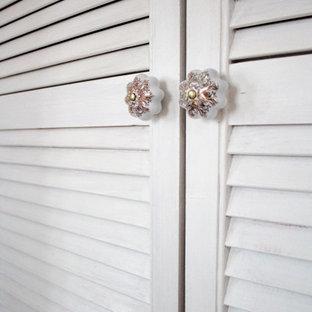 Foto de armario y vestidor unisex con armarios con puertas mallorquinas