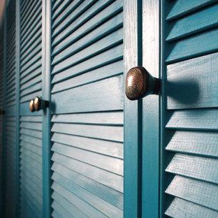 Imagen de armario y vestidor unisex, mediterráneo, con armarios con puertas mallorquinas