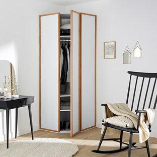 Свежая идея для дизайна: встроенный шкаф в современном стиле с светлым паркетным полом и белыми фасадами - отличное фото интерьера