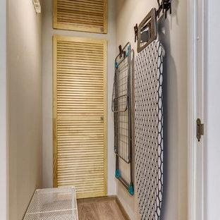 Ispirazione per una cabina armadio design con pavimento in laminato e pavimento marrone