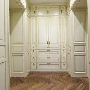 Ispirazione per un armadio o armadio a muro unisex vittoriano di medie dimensioni con ante con bugna sagomata, ante in legno chiaro e parquet scuro