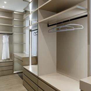 Modelo de armario vestidor contemporáneo con armarios abiertos y puertas de armario beige