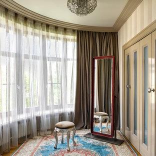 Новые идеи обустройства дома: гардеробная комната в современном стиле с фасадами с утопленной филенкой, бежевыми фасадами, паркетным полом среднего тона и коричневым полом для женщин или мужчин