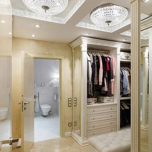 Свежая идея для дизайна: гардеробная комната унисекс, среднего размера в классическом стиле с фасадами с выступающей филенкой, светлыми деревянными фасадами, полом из керамической плитки и бежевым полом - отличное фото интерьера