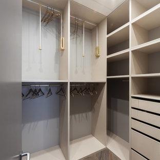 Modernes Ankleidezimmer mit offenen Schränken und grauen Schränken in Moskau