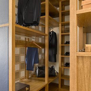 Идея дизайна: гардеробная комната унисекс в современном стиле с открытыми фасадами, фасадами цвета дерева среднего тона, паркетным полом среднего тона и коричневым полом