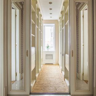 Выдающиеся фото от архитекторов и дизайнеров интерьера: гардеробная комната в классическом стиле с плоскими фасадами и белыми фасадами