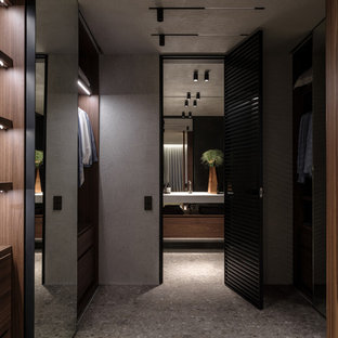 Удачное сочетание для дизайна помещения: гардеробная комната унисекс в современном стиле с серым полом, открытыми фасадами и темными деревянными фасадами - самое интересное для вас