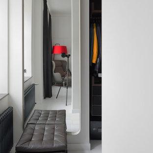 Idee per una piccola cabina armadio per donna minimal con pavimento in legno verniciato