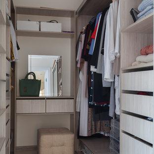 Diseño de armario vestidor de mujer, contemporáneo, pequeño, con armarios abiertos, puertas de armario beige, suelo laminado y suelo marrón