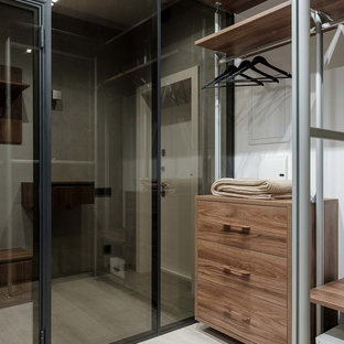 Свежая идея для дизайна: гардеробная комната в современном стиле с плоскими фасадами, фасадами цвета дерева среднего тона, светлым паркетным полом и белым полом для мужчин - отличное фото интерьера