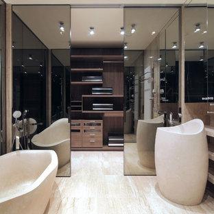 Неиссякаемый источник вдохновения для домашнего уюта: гардеробная комната унисекс с плоскими фасадами и фасадами цвета дерева среднего тона