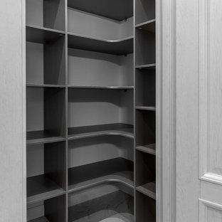 Imagen de armario vestidor contemporáneo con armarios abiertos y suelo blanco