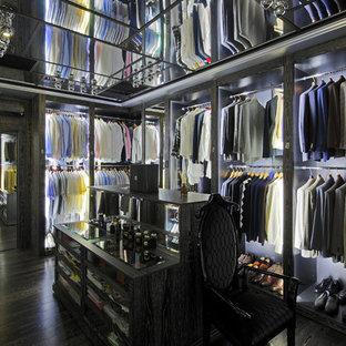 Bild på ett mycket stort funkis omklädningsrum för män, med öppna hyllor och mörkt trägolv