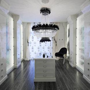 Idee per un ampio spazio per vestirsi per donna classico con ante con riquadro incassato, ante bianche e parquet scuro